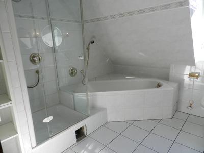 Bild 1: Nicht mehr zeitgemäß – hoher Einstieg in den Duschbereich. Foto: Geerkens Bäder Wärme Solar GmbH, Rheinberg - Pentair Jung Pumpen, Steinhagen