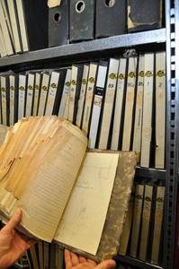 Schätze im Archiv: Akten mit Unterlagen aus den Anfängen des Unternehmens Stiebel Eltron, das in diesem Jahr seinen 90. Geburtstag feiert