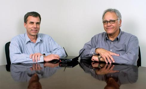 HME's Elektronik-Entwicklungsingenieur Karl Knoblock und Pro Audio Produkt Manager Rick Molina zeigen stolz das kürzlich vogestellte DX-121