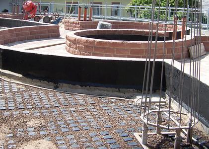 Floradrain® FD 60 liegt vollflächig unter den Natursteinmauern, den Gehbereichen und natürlich der späteren Bepflanzung. Damit ist der durchgängige Wasserabfluss gesichert.