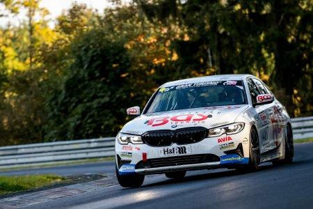 Der Avia-Sorg-BMW mit der #487 konnte sich beim NLS-Saisonfinale auf Goodyear-Reifen glänzend schlagen: Neben dem Klassensieg in der hart umkämpften VT2 fuhr der 330i auch den diesjährigen Rundenrekord in dieser Produktionswagenklasse. Foto: Goodyear / Jan P. Brucke