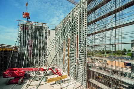 Up to 15 m high fair-faced concrete walls constructed in one pour by con-tractor Grossmann-Bau, Rosenheim. This was made possible by the use of NOEtop large area panels with integrated bracing.