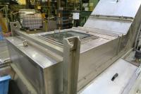 Drei in die mit 3.800 Liter Medium gefüllte Arbeitskammer integrierte Tauchschwinger mit einer Frequenz von 25 kHz ermöglichen die schnelle und prozesssichere Reinigung der Teile