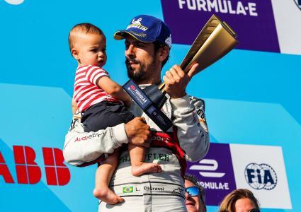 Lucas di Grassi als Vizeweltmeister der fünften Saison mit Pokal und Sohn / Bildquelle: Audi Communications Motorsport