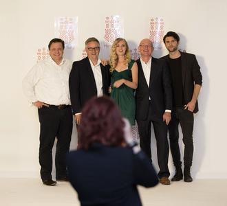 Die geschäftsführenden Gesellschafter und zwei Fotomodelle bei der Eröffnung der Laudert-Studios in Hamburg