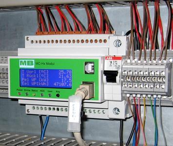 Das Datenlogger-Modul des MC-Hx-Systems von MB DataTec, eingebaut im Schaltschrank einer Anlage zum Erzeugen regenerativer Energie aus unterschiedlichsten Energiequellen