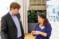 Jens Eckhoff ließ sich von Christa Seyffarth die Möglichkeiten der WDV 2020 erklären.