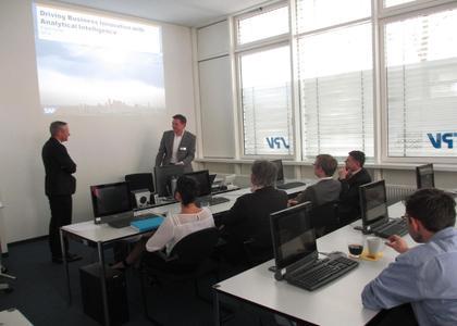 Kunden und Interessenten kamen zur Veranstaltung von SPV in München. Im Vortrag von Frank Harter, Head of Sales Unit Business Analytics bei SAP, ging es um die Basis von Visualisierungen: die Analyse umfangreicher geschäftlicher Daten / Bildquelle: SPV Solutions, Products, Visions AG