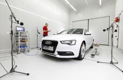 Fahrzeugprüfstand: Hier können Fahrzeuge bis zur Größe eines Lieferwagens geräuschtechnisch untersucht werden
