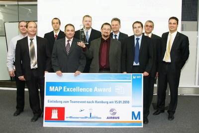Siegerurkunde in XXL: Das Gewinnerteam um Michael Fröhlich (sechster v. l.) freut sich über den Gewinn des Map Excellence Awards. Controlware Key Account Manager Michael Dzik (ganz rechts) nahm die Auszeichnung für Controlware entgegen