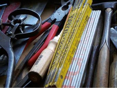 Viele Menschen sind handwerklich begabt, und Werkzeug ist meisens genug im Haus. Aber die Montage einer Photovoltaikanlage ist oft komplexer als erwartet / Foto: Pixelio/Olaf Rendler