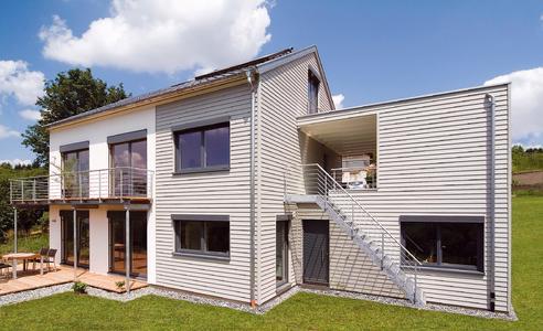 Auch mit Kombinationsfassade: Mit anspruchsvoll geplanten Baukörpern in attraktiver Optik werden Holzfertighäuser unterschiedlichen Bauherrenwünschen mehr als nur gerecht. (Foto: Regnauer Hausbau/DHV, Ostfildern; www.d-h-v.de)
