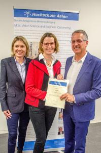Anke Preu (Mitte) erhielt den Karl Amon Optometry Award aus den Händen Karl Amons persönlich. Studiendekanin Prof. Dr. Anna Nagl (links) freute sich mit ihr (Bildnachweis: © Hochschule Aalen/ Bernhard Buschle)