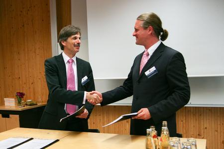 Unterzeichnung des Kooperationsvertrags: Prof. Jörg Becker (ERCIS) und Dr. Michael Breidung (Stadt Dresden)
