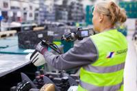 Fokus Digitalisierung: Datenhandschuhe mit Barcode-Scannern steigern die Arbeitssicherheit und die Effizienz logistischer Prozesse.