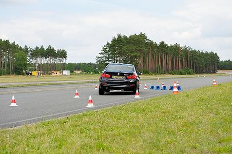 Elch-Test-Demo mit verringertem Luftdruck auf der Hinterachse auf dem konzerneigenen Testgelände Contidrom nördlich von Hannover