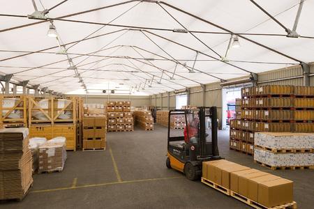 Losberger Lagerzelt in zweischiffiger Bauweise, PVC-beschichtete Schwergewebeplane im Dach, einschaliges Trapezblech an den Seitenwänden
