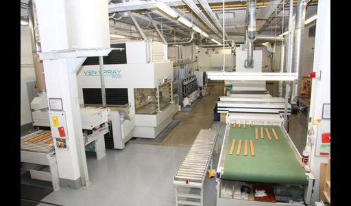 The coating line by Venjakob at Völker AG is designed in a U-shape. The workpieces are supplied from the LH side and the finished parts arrive on the RH side