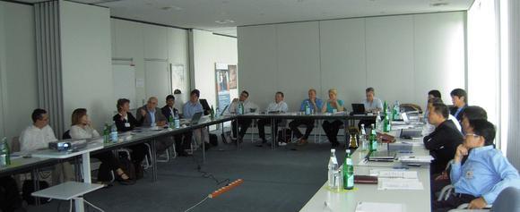 Konferenzteilnehmer inmitten einer Diskussion