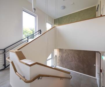 """Blickfang mit Struktur: Stirnwände in Metallocryl Perle setzen auch im Treppenhaus moderne Akzente. (Metallocryl """"Perle"""" Palazzo 160 und Tundra 40) (Foto: Caparol Farben Lacke Bautenschutz/Martin Duckek)"""