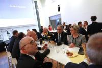 Die baden-württembergische Ministerin für Wirtschaft, Arbeit und Wohnungsbau, Frau Nicole Hoffmeister-Kraut, informierte sich in einer Gesprächsrunde mit Herrn Johann Soder am Dienstagabend darüber, wie die Digitalisierung den Unternehmen nützt, welchen Anschub es aus der Politik benötigt damit auch die gewinnbringende Seite umgesetzt werden kann.