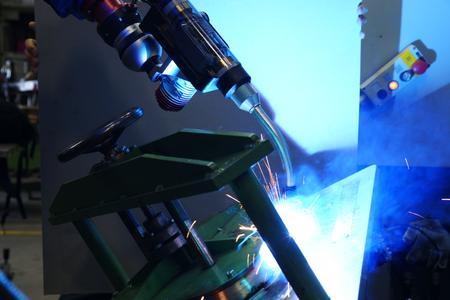 Mit definiertem Wärmeeintrag reduziert microMIG den Verzug deutlich: Beim MAG-Verfahren liegt er um 35 bis 50 % höher