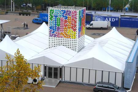 Die Agora auf dem Frankfurter Messegelände wurde für den Ehrengast Türkei umgestaltet. Aus dem Innenhof der Losberger Zeltanlage ragt der 10-Meter hohe Logoturm empor.