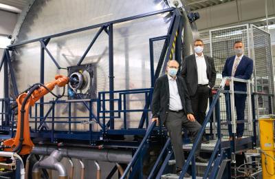 Sächs. Wirtschafts- und Arbeitsminister Dulig, Geschäftsführer Dr. Werner und Prof. Dr. Hufenbach vor der Radialflechtanlage