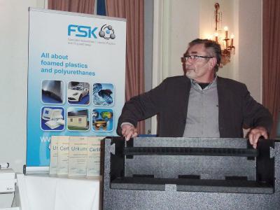 Präsentation des EPP-Klappbehälters der Firma ISL Schaumstoff-Technik GmbH durch Herr Alfred Gutknecht im Rahmen des Festaktes zum FSK-Innovationspreis Schaumkunststoffe 2016