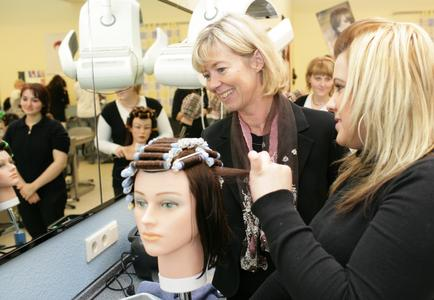 Ministerin Doris Ahnen im Gespräch mit Friseurlehrling Ina Uchatowitsch