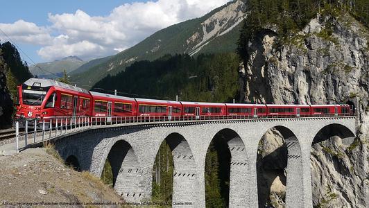 Albula-Gliederzug der Rhätischen Bahn auf dem Landwasserviadukt, Fotomontage NOSE Design AG, Quelle RhB