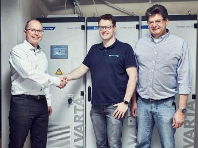 v.l.n.r.: Volker Dietrich, VARTA Storage GmbH, Sven Packebusch und Michael Rudolph, Escatronic (Quelle: VARTA Storage GmbH)