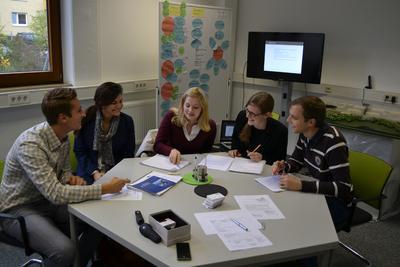 Ideenfindung für ihre Projektarbeit: die Studenten in den Räumlichkeiten der WFG Nordschwarzwald