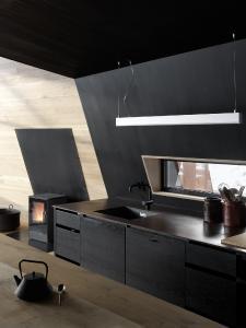 Im Gegensatz zum Materialmix der äußeren Hülle dominiert im Innenraum eine klassische Holzkonstruktion mit Verkleidungen aus naturbelassener und lackierter Fichte (Bildnachweis: Invit Arkitekter, Ålesund // Fotograf: Johan Holmquist)