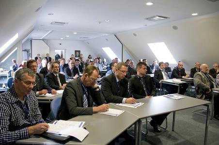 """Die 42 Teilnehmer aus 30 Unternehmen wurden im Schulungsraum im Werk 1 in Lennestadt-Saalhausen in Empfang genommen. Dort erhielten Sie zunächst einen Überblick über die TRAC-TO-TECHNIK.  Anschließend wurden die """"Lieferanten des Jahres 2011"""" ausgezeichnet."""