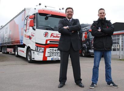 Jörg und Jan Fiedler vom gleichnamigen Transportunternehmen sind stolz auf ihren neuen Renault Trucks T