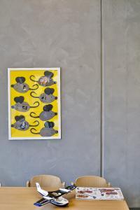 Grau muss nicht trist wirken: Ihre besondere Struktur erhielten die Wände durch zwei im Kreuzschlag auf den Beton gebürstete Lasurbeschichtungen (Foto: Caparol Farben Lacke Bautenschutz/Martin Duckek)