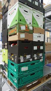 Eine Vielzahl unterschiedlichster Formate von Kartonagen, Behälter und Holzkisten werden durch das ACS-System fehlerfrei zu stabilen, filialgerechten Einheiten gestapelt.