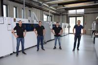 Die ehemaligen Auszubildenden Jonathan Kraus, Dominik Birkel und Sebastian Zellner, mit Bereichsleiter Stefan Auernhammer (v.l.n.r)