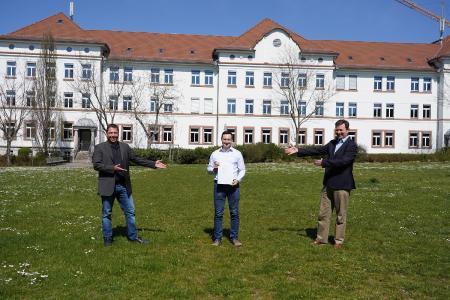 Studiengangsleiter Prof. Dr.-Ing. Michael Mann (li) und Prof. Dr. Konrad Mußenbrock (Dekan der Fakultät IW (re)) gratulieren dem erfolgreichen Absolventen / Bild: TH Aschaffenburg