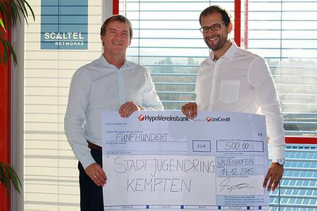 Joachim Skala, Vorstand der SCALTEL AG, übergibt eine Spende im Wert von 500 Euro an Stefan Keppeler, den 1. Vorsitzenden des Stadtjugendrings Kempten