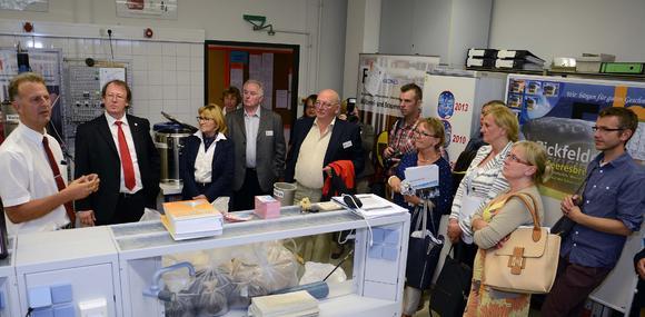 Dipl.-Ing. Holger Blawatt (links) stellt den Gästen aus Slupsk und Carlisle die Mälzerei- und Brauereitechnik vor. Auch FH-Präsident Prof. Dr. Herbert Zickfeld (2.v.l.) und Stadtpräsidentin Swetlana Krätzschmar (3.v.l.) hörten zu. Foto: Gatermann