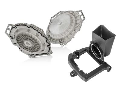 Zur Herstellung der Waschkappe (links) entwickelte Pöppelmann ein eigenes Rezyklat. Der Halter Soundgenerator (rechts) ist das erste Autobauteil, dessen Material aus dem gelben Sack stammt