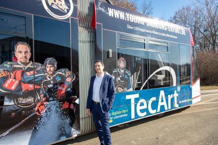 Christian Fischer vor der TecArt Black Dragons Straßenbahn