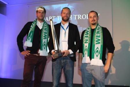 Die Top drei der SMART TECH TROPHY 2017: Kai Meissner (eMotum, Platz zwei), Gewinner Philipp Garburg (ENIT) und Christoph Schroeder (Sparks Routine, Platz drei). Kai Meissner und Christoph Schroeder gewannen zudem Werder-Karten und das dazu passende Outfit