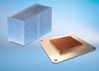 Leistungsstarke Kühllösungen: Skived Fin-Kühlkörper (links) eignen sich für industrielle Computer mit kleinen Gehäusen; Kühlkörper, die mittels Reibrührschweißen gefertigt werden (rechts), besitzen eine optimale Wärmeleitfähigkeit zwischen Rippen und Basis