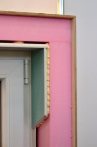 Für sofort beschichtbare Oberflächen in Q3 sorgt im Laibungs- und Sturzbereich rings um Fenster und Türen das patentierte Schmitt-Laibungsprofil (Foto: Achim Zielke für Formteilbau Schmitt, Gemünden; www.formteilbau-schmitt.de)