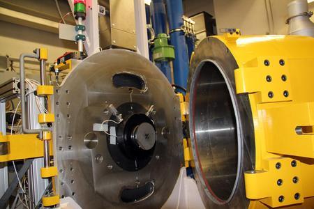 Weltweit einzigartig: LuK-Kupplungsprüfstand bei dem im Berstfall die Welle nicht zerstört wird. Kupplungen werden mit einer maximalen Winkelbeschleunigung von 20 rad/s2 auf bis zu 18.000 U/min beschleunigt.