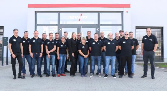 Das Team der EWM AG am Standort Wittstock: Der Schweißtechnik-Hersteller startet zunächst mit 14 Mitarbeitern und plant, die Anzahl der Beschäftigten mittelfristig auf bis zu 40 zu erhöhen / Bildquelle: EWM
