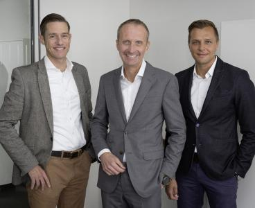 (from the left): William Christensen, CMO and member of the Group Executive Board at REHAU, Andreas Haupt, new director of company communication at the polymer specialist REHAU, as well as his predecessor Klaus Gollwitzer